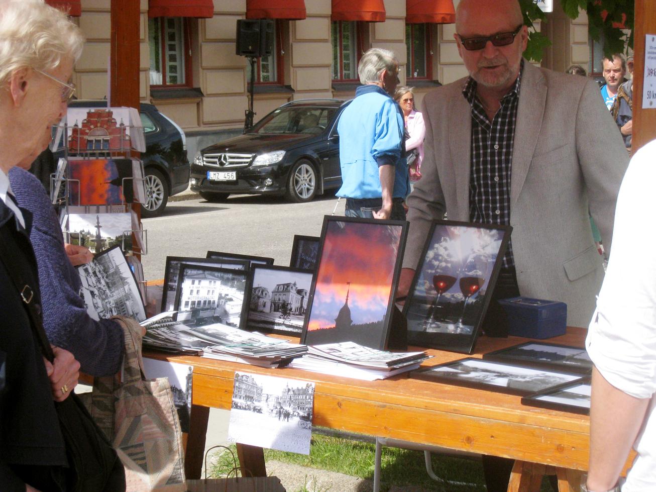 Kollektionen innehåller bilder från 1889 - 1940-talet, samt nytagna bilder från i huvudsak centrala Sundsvall.