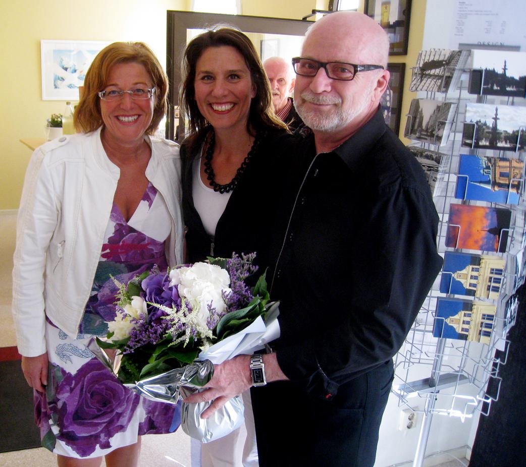 Maria Åslin, Sundsvall Arena och Kate Almroth, Stenstansbolaget kom med en bukett som matchade färgerna i Marias klänning.