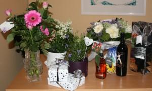 Lyckönskningar kom i form av blommor och andra presenter.