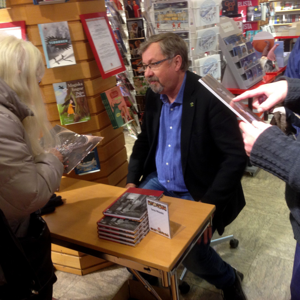 Tomas Melander signerade den nya boken om Knaust, också den på mitt förlag. Tomas var projektledare för boken och Nils Johan Tjärnlund författare.