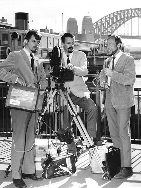 """Det svenska teamet framför  Sidney Harbor Bridge 1966.  Fr.v. """"Nicko"""" Nilsson, Björn  Berge och Ragnar Hedlund."""