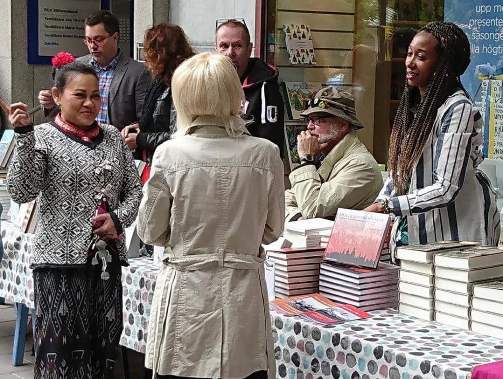 Leah Gitome bland de övriga författarna vid bokborden utanför Vängåvans bokhandel, Sundsvall