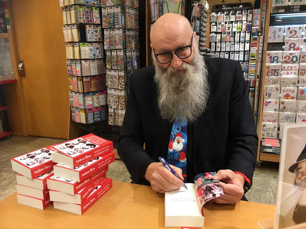 Anders Öhrn signerar sin nya bok.