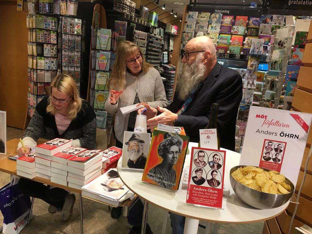 Jessica Britse, som tecknat omslagsbilderna, visar sina talanger och Susanne Holmlund från Sundsvalls Tidning intervjuar.